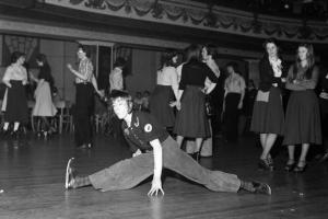 Wigan-Casino-Dancers-1975-dancing-Northern-Soul-doing-splits.jpg